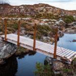 Liten gangbru med stålgelender, i Smågevatnet naturreservat.