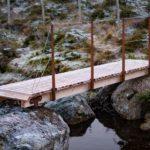 Gangbrua er festet til fjell med bolter og stålbraketter.
